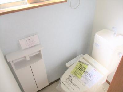 1階と2階、各階に設けられたトイレは、家族で混みあいがちな忙しい朝にとっても便利。 温水洗浄暖房便座、収納など、機能面もバッチリ!※同仕様写真