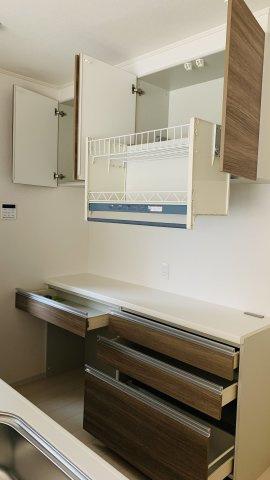 収納力の高いカップボード付きのシステムキッチンです。