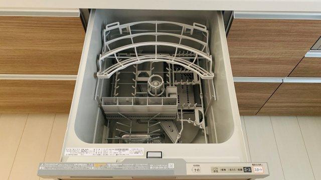 システムキッチンにはビルトイン型の食洗機付き、キッチンの見た目をすっきりお手入れもラクラクです。