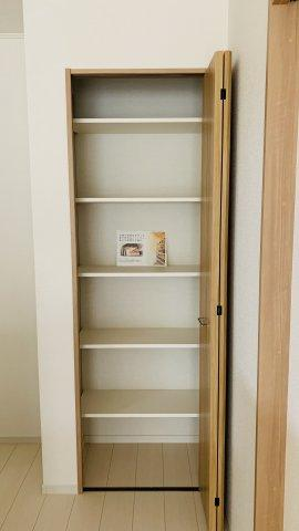 パントリーでキッチン家電やストック品を収納するのに便利です。