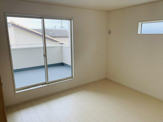 2階8帖 採光・通風がよいお部屋なので気持ちよく過ごせます。
