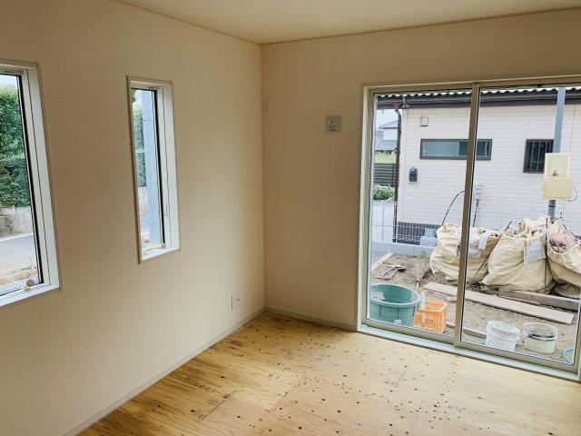 6.5畳 玄関から直接出入りできる和室です。急な来客にも対応できるのであると便利ですよ。