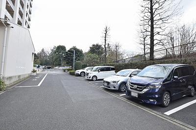 敷地内に駐車場有ります。空き状況はお問い合わせ下さい。
