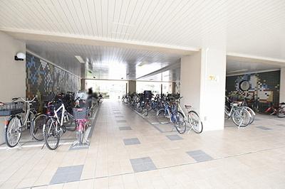 自転車の出し入れがしやすそうな平面の駐輪場です。