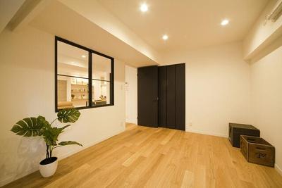 明るい洋室、大きな収納!シックなフローリング!