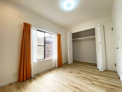 3階洋室(6.0帖)です。 こちらのお部屋には収納力のあるクローゼットがございます。