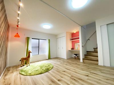 2階のLDKです。 南向きバルコニーに面しておりたっぷり採光が入る陽当たりの良いお部屋です。 収納とスタディースペースがあるので、テレワークやお子様の宿題スペースとしてもご利用いただけますね♪