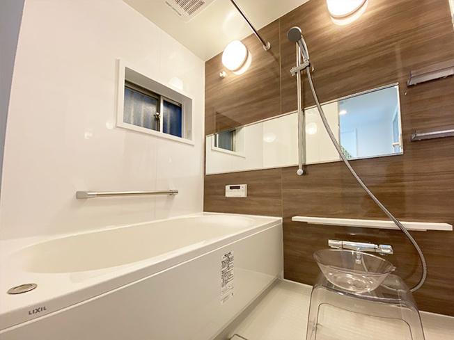 浴室には窓があり採光と通風を取り込め快適なバスタイムをお過ごしいただけます♪ 浴室乾燥機完備で梅雨や花粉の季節の洗濯物も安心して干す事ができますね♪3