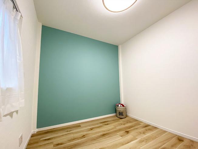 3階洋室(4.3帖)です。 北向きに窓があり爽やかなブルーのアクセントクロスがオシャレなお部屋です