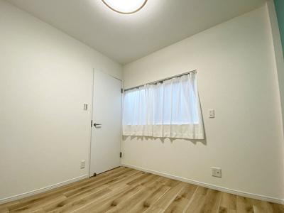 別角度からの3階洋室(4.3帖)です。 全室クロス・フローリング貼り換えていますので、大変美麗です♪