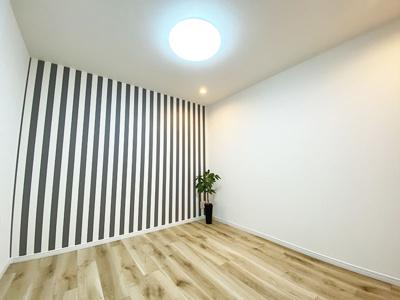 1階洋室(4.5帖)です。 南向きの採光が入る明るいお部屋です。ストライプのアクセントクロスがPOPで可愛いですね♪
