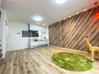 別角度の2階のLDK(11.5帖)です。 システムキッチンもリフォーム済でキレイです♪ナチュラルな木目のクロスにフローリング、間接照明がが落ち着く空間を演出してくれます♪