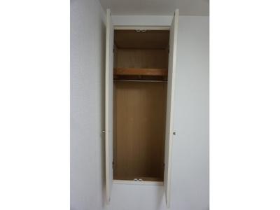 クローゼット上部は棚になっており、小物などもしまえます。