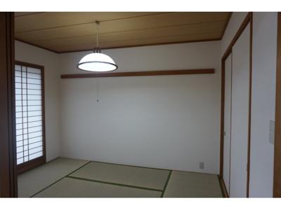 リビングの横に約6帖の和室があり、足を伸ばして寛げますね。