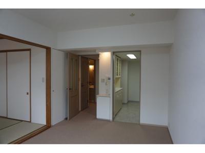 リビングと和室は扉を開放して一体利用も可能です。