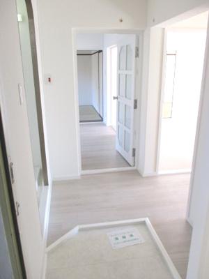 玄関はなるべく室内と高低差をなくしています。
