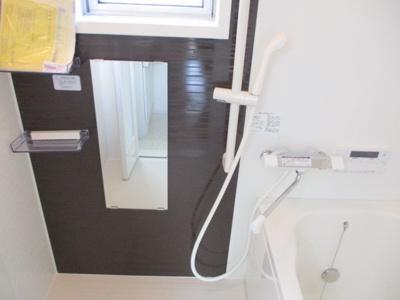 浴室には窓があり、換気通気に役立ちます。