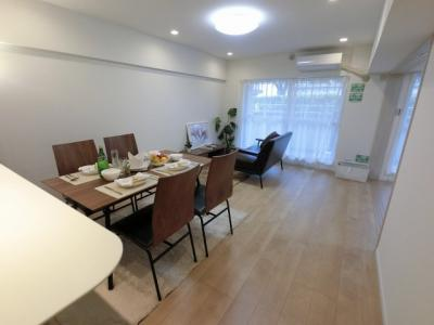 13.6帖のリビングは南向きの専用庭に面しており日当たり・風通し◎ ダイニングテーブルやソファー、ローテーブルなどの家具もしっかりと配置できます。