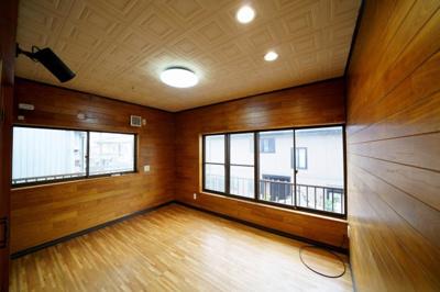 2階、南東側約6帖の洋室です。