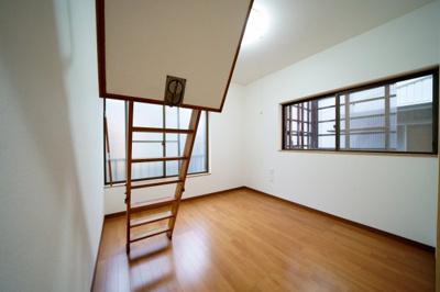 2階、北東側約4.5帖の洋室です。小屋裏収納が付いています。