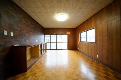 2階、南西側約8帖の洋室です。棚付です。