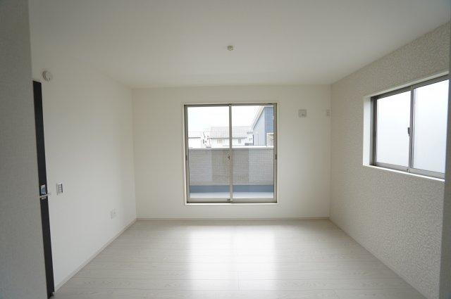 7帖 バルコニーに面した洋室!大きな窓から射しこむ陽の光でお部屋を明るい雰囲気にさせてくれますね♪