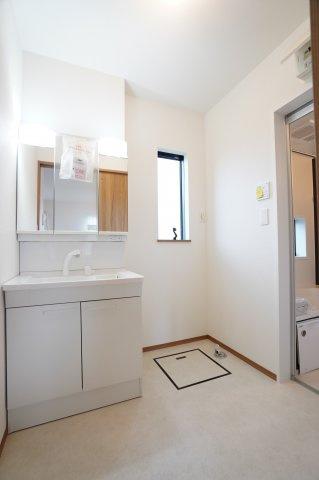 清潔感のある洗面室です。シャワーヘッド付きなので朝シャンもできます。