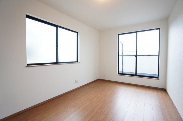 2階7.5帖 各居室シンプルな洋室で使いやすいです。家具のレイアウトも楽しみです。