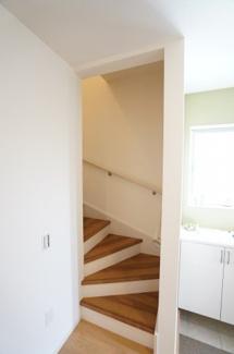 玄関となりにある階段です。手すりが設置されて安心ですね。