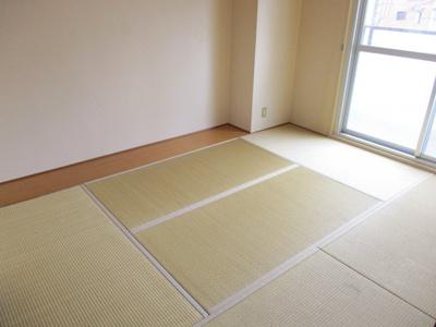 和室には板の間があり、タンスがうまく設置できます。