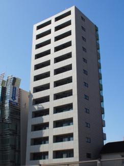 山手通り沿いにある築浅の14階建て分譲マンション