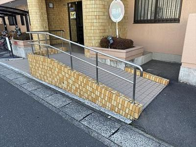 スロープがあり、車椅子やベビーカー使用時にも優しいですね。