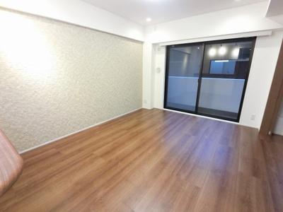 11.4帖のリビングは洋室の引戸を開けて広い空間としてもお使いいただけます。 2面TES温水床暖房付で寒い日も快適です。