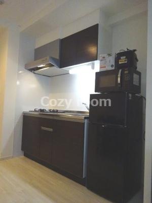 使いやすいキッチンです。2ドア冷蔵庫や電子レンジもあります。