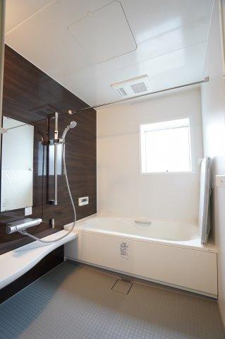 足を伸ばせる1坪サイズの広々とした浴槽で、1日の疲れをゆっくり癒すことができます