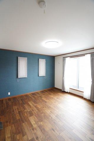 2階8帖 窓が2面あるので採光と通風がいいです。気持ちよく過ごせそうですね。アクセントクロスでおしゃれな空間です。