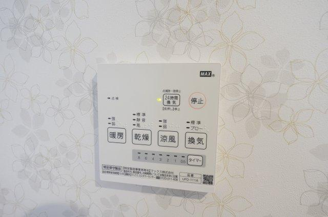 浴室乾燥機付です。花粉や梅雨の季節など浴室乾燥機があれば洗濯物を干すのに便利です。