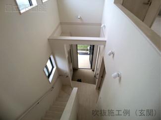 玄関開けたら開放感のある吹抜けです。同仕様施工です。