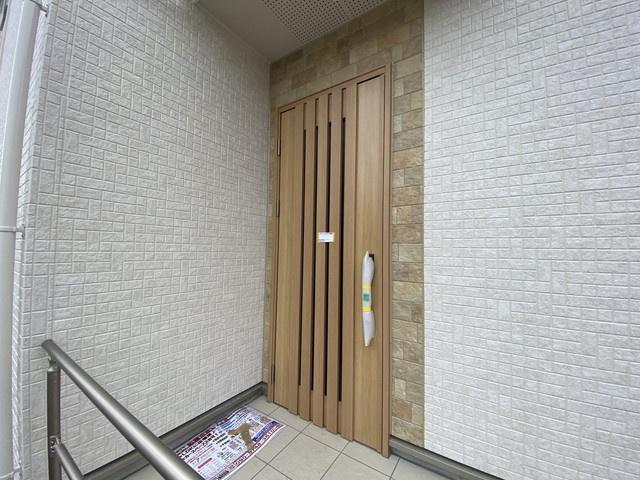 玄関です。 LDKは17帖(1号棟)と20帖(2号棟)で広くリビング全体を見渡せる対面キッチンです。