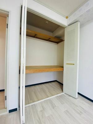 洋室6帖のお部屋にある収納スペースです!高さがある収納スペースでかさ張るお荷物もすっきり!