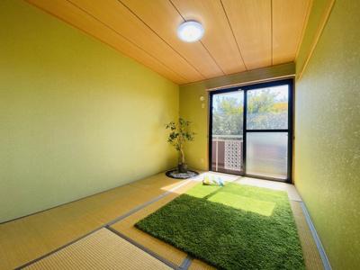 バルコニーに繋がる南東向き6帖の陽当たり・風通しの良い和室です!和室は冬場はコタツでほっこり♪夏は意外と涼しくて使い勝手がいいんですよ♪