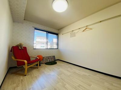 玄関側にある洋室6帖のお部屋です♪壁にはピクチャーレールがあり、絵や写真が飾れます☆収納スペースも完備しています☆