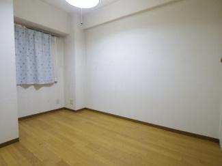 納戸扱いになりますが、十分普通のお部屋として使えます。4.2帖あります。