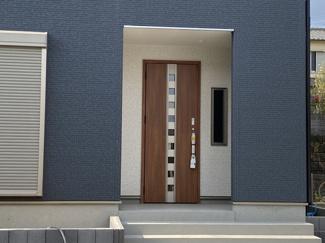 玄関です。テレワークや多目的に使用できるフリースペース2帖がございます。