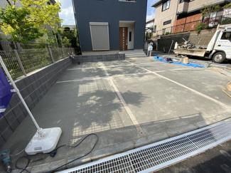 敷地が広く角地ですので簡単駐車出来ます。2台ゆったり駐車出来ます。