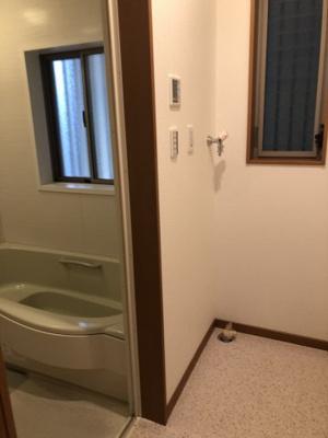 脱衣所と浴室です。清潔感があり、窓もあるので換気できますね!