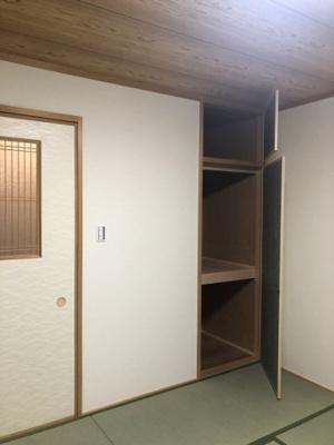 和室の押し入れです。お布団や普段使わないものをたくさんしまって、畳のお部屋を広く使ってください♪