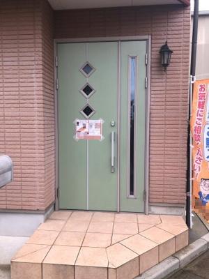 可愛い緑の扉が目を引く玄関♪2ロックでセキュリティ面も安心です♪