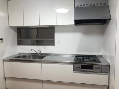 キッチンは新調済み!新しいシステムキッチンはお掃除も楽で、お料理好きな方にもご満足いただけます♪