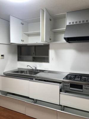 使い勝手の良いシステムキッチンです。ゆったりの収納スペースがあり、調理器具をたくさん収納できます♪